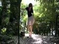 林の中でパンツを脱ぐスケスケスカートの美人妻露出撮影!!
